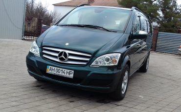 Автомобиль Mercedes, вид спереди
