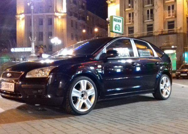 Черный автомобиль, вид сбоку