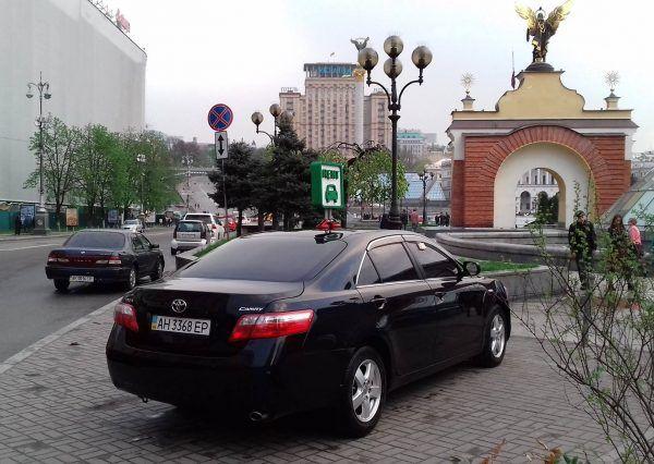 Автомобиль Тойота, вид сзади