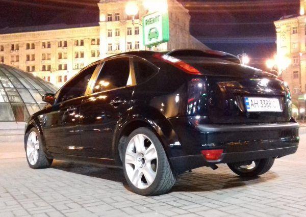 Черный автомобиль, вид снизу