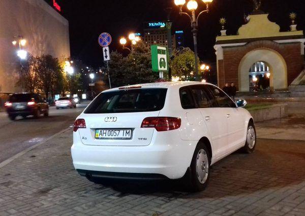 Авто Ауди, ночь, вид сзади