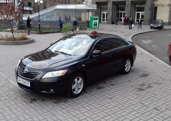 Автомобиль Тойота, черного цвета