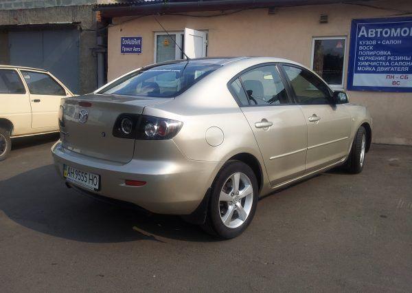 Автомобиль Mazda, вид сзади