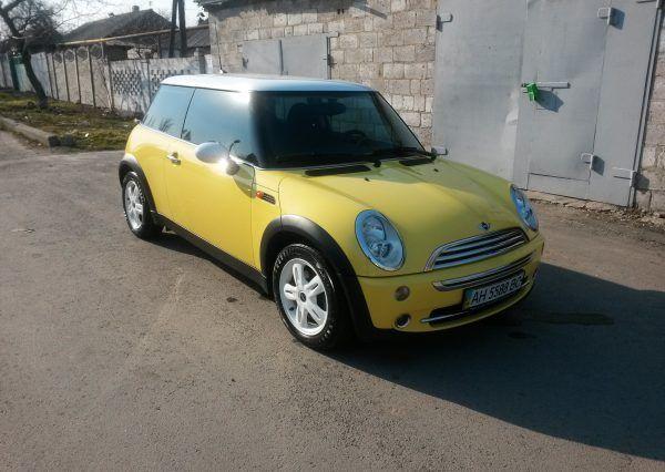 Машина Mini Cooper, вид спереди