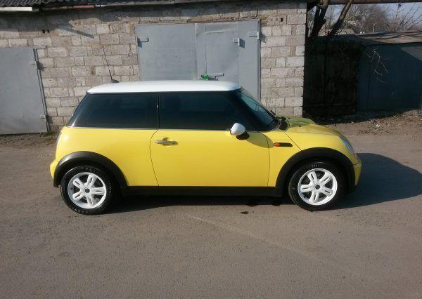 Автомобиль Mini Cooper, вид сбоку