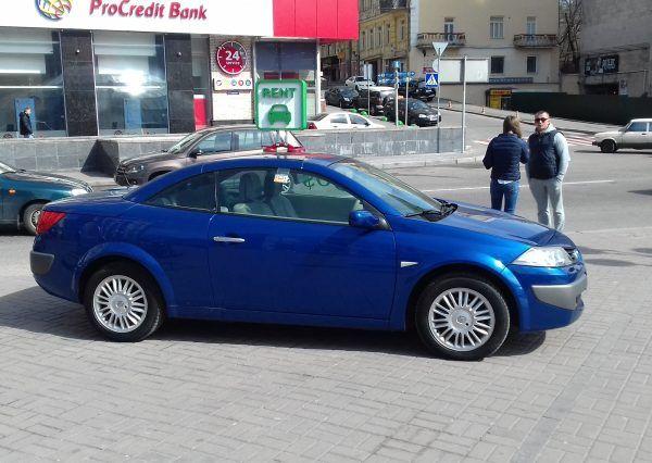 Авто Renault, вид сбоку, синий цвет