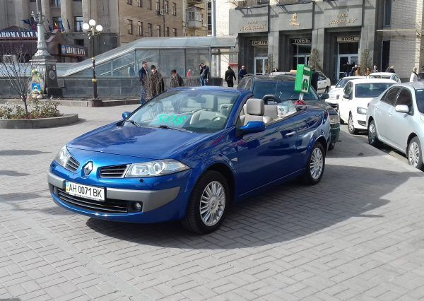 Авто Renault, вид спереди