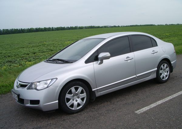 Автомобиль Honda Civic Silver, вид сбоку