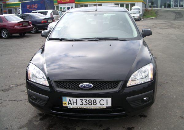 Автомобиль Ford, вид спереди