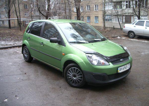 Автомобиль Ford Fiesta Green, вид спереди