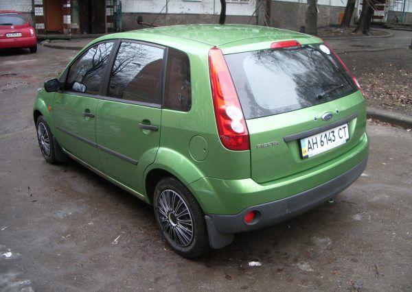Авто Ford Fiesta Green, вид сзади